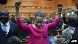 Catherine Samba-Panza (tengah), walikota Bangui, setelah dinyatakan terpilih sebagai Presiden dalam voting anggota parlemen di Bangui (20/1).