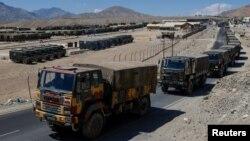 Truk militer terlihat bergerak di kawasan Ladakh, India, 15 September 2020. REUTERS/Danish Siddiqui