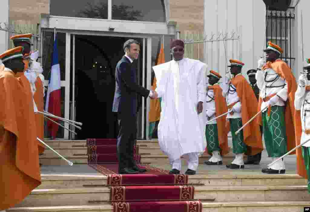 Le président français Emmanuel Macron, à gauche, est accueilli par le président du Niger, Mahamadou Issoufou, avant une réunion au palais présidentiel, à Niamey, au Niger, le 23 décembre 2017.