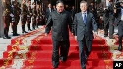 Lãnh đạo Triều Tiên Kim Jong Un (trái) và Tổng thống Hàn Quốc Moon Jae-in tại cuộc gặp ngày 27/5/2018.
