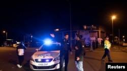 Polisi mengamankan lokasi arena konser di kota Manchester, Inggris pasca ledakan dahsyat yang menewaskan beberapa orang, Senin malam (22/5).