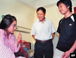 增城市委书记徐志彪(中)星期天看望孕妇王联梅