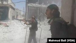 Chiến binh SDF chiến đấu trên đường phố Manbij.