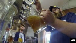 Dos gigantes cerveros podrían fusionarse para crear la mayor empresa cervecera del mundo.