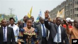 Joseph Kabila, (segundo a contar da direita) fotografado com a mulher e apoiantes, no dia em que formalizou a sua re-candidatura à presidência da República Democrática do Congo.