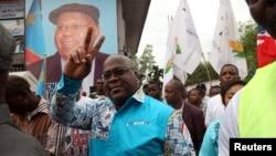 Felix Tshisekedi, chef de la principale opposition congolaise, l'Union pour la démocratie et le progrès social (UDPS), fait des gestes à ses partisans dans la municipalité de Limete, Kinshasa, le 24 avril 2017.