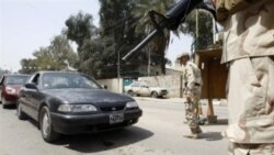 به دنبال حمله به روستایی در جنوب بغداد، سربازان عراقی در پایتخت عراق اتومبیل ها را در ایستگاه های بازرسی متوقف می کنند