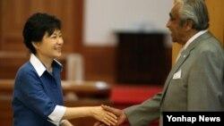 미국의 찰스 랭글 원의원(오른쪽)이 26일 청와대에서 박근혜 한국 대통령을 면담했다.
