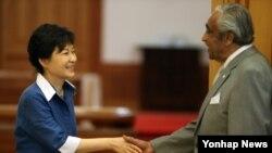 지난 2013년 찰스 랭글 미국 하원의원(오른쪽)이 청와대에서 박근혜 한국 대통령과 인사하고 있다.