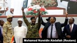 រូបឯកសារ៖ ប្រធានក្រុមប្រឹក្សាយោធាអន្តរកាលរបស់ប្រទេសស៊ូដង់លោកឧត្តមសេនីយ៍ឯក Abdel Fattah Al-Burhan និងមេដឹកនាំសម្ព័ន្ធភាពប្រឆាំងរបស់ស៊ូដង់លោក Ahmad al-Rabiah បានអបអរការចុះហត្ថលេខាលើកិច្ចព្រមព្រៀងបែងចែកអំណាចគ្នា។