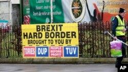 Một áp phích của đảng cộng hòa về Brexit ở Tây Belfast, Bắc Ireland. Thủ tướng Anh Theresa May