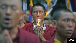 Para biksu Tibet melakukan doa di New Delhi, India (20/10) sebagai solidaritas atas penganut Budha yang ditindas Tiongkok di provinsi Sichuan.