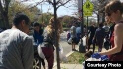 '플로깅(plogging)' 참가자들이 워싱턴 D.C. 거리에서 쓰레기를 줍고 있다. 사진제공=제프 호로위츠
