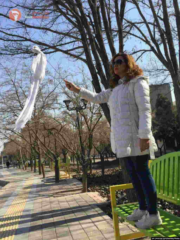 ادامه اعتراض نمادین به حجاب اجباری - عکس زنی که روسری خود را در مشهد بر چوب کرده است.
