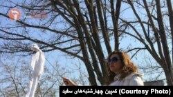 İranda hicab əleyhinə qarşı etiraz edən qadın