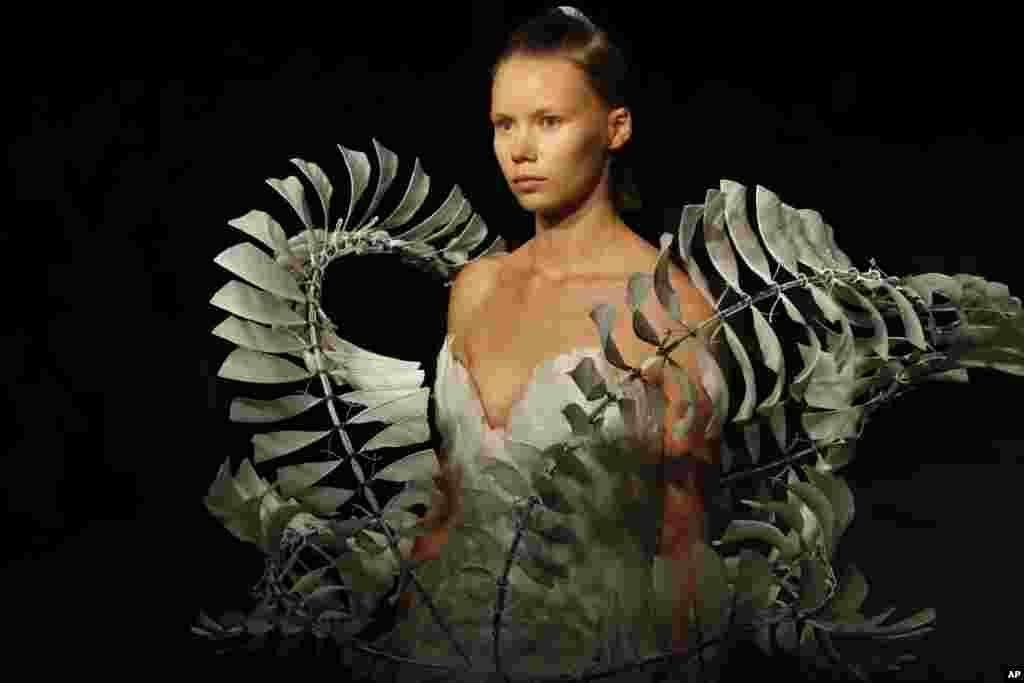 هفته مد پائیز و زمستان ۲۰۱۹-۲۰۲۰ در پاریس- این مدل لباسی از طراح هلندی به نام «ایریس فان هِرپن» به تن کرده است.
