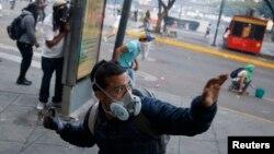 Người biểu tình đối đầu với cảnh sát tại Caracas.
