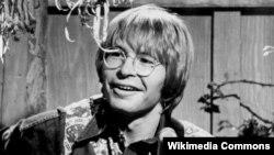 지난 1975년 존 덴버가 자신의 이름을 내건 '존 덴버와 함께 하는 저녁 TV' 에 출연해 라이브 콘서트를 하고 있다.