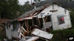La Guardia Costera y otras autoridades cerca de Port Angeles, Washington, rescataron a 40 adolescentes que habían quedado atrapados en un campamento.