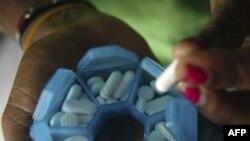 Một bệnh nhân nhiễm HIV/AID ở Indonesia chuẩn bị thuốc uống