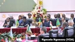 Le président Denis Sassou N'Guesso du Congo, troisième sur la première rangée à partir de la gauche et ses homologues du Niger, Mohamed Issoufou, premier à partir de la gauche, du Tchad, Idriss Deby Ithno, deuxième à partir de la gauche et le Mauritanien Ould Aziz lors d'un sommet sur la Libye à Brazzaville, 27 janvier 2017. (VOA / Ngouela Ngossou)