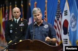 미국 국방부 전쟁포로·실종자 확인국(DPAA)의 존 버드 박사가 1일 북한에서 돌려받은 한국전쟁 참전 미군 유해 송환식에 앞서 기자회견을 열고 송환된 유해 55구는 미군 전사자 유해임을 확인했다. 왼쪽은 웨인 에어 유엔군 사령부 부사령관.