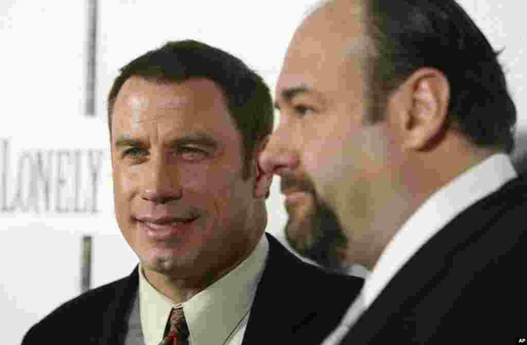 """John Travolta y Gandolfini juntos en la premier de su película """"Lonely Hearts"""" ."""