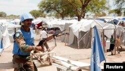 Seorang tentara pasukan penjaga perdamaian PBB berjaga-jaga di luar kamp pengungsi di Bor, Sudan Selatan (29/4). (Reuters/Carl Odera)