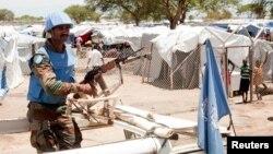 Binh sĩ thuộc lực lượng duy trì hòa bình canh bên ngoài trại của người dời cư trong thị trấn Bor, bang Jonglei, Nam Sudan