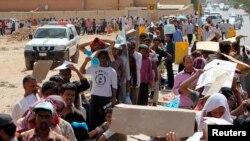 Para pekerja imigran ilegal mengantre di kantor-kantor imigrasi Arab Saudi di daerah Alisha, Riyadh bagian barat (26/5). (Reuters/Faisal Al Nasser)