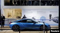Xe thể thao hybrid BMW i8 được trưng bày ở một hội chợ triển làm xe ở Noida, ngoại ô New Delhi, Ấn Độ, ngày 3/2/2016.