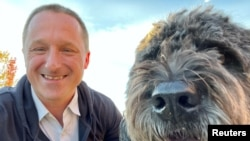 斯帕弗家人提供的迈克尔·斯帕弗和他兄弟的爱犬在加拿大卡尔加里合影的照片。(2021年9月30日)