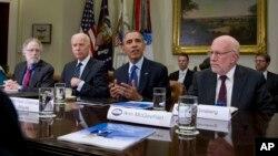 El presidente Barack Obama y el vicepresidente, Joe Biden, se reunieron en la Casa Blanca con los miembros del panel.