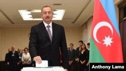 Presiden Azerbaijan Ilham Aliyev memberikan suaranya di TPS saat referendum di Baku, Azerbaijan, 26 September 2016.