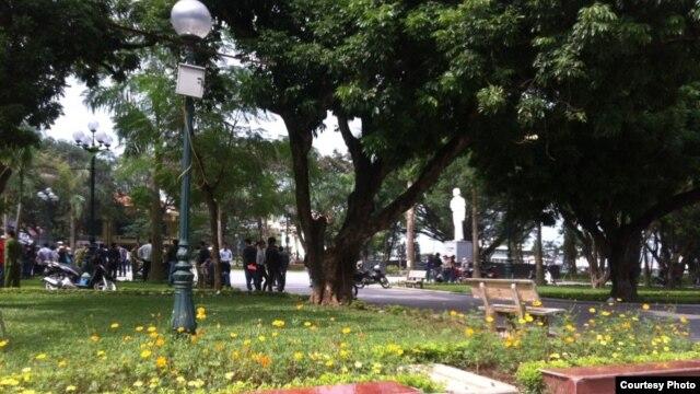 Công an được huy động đến hiện trường tại vườn hoa Lý Tự Trọng (Ảnh: Danlambao)