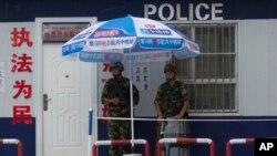 在新疆阿克苏执勤的武警 (美联社)