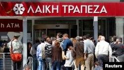 塞浦路斯各家銀行儲戶們早早地就在銀行門外和大街上排起長龍,等待著銀行開門取錢。