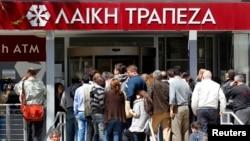 키프로스 은행들이 28일 업무를 재개한 가운데, 니코시아의 라이키 은행 지점에 들어가기 위해 사람들이 줄서있다.