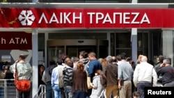 Warga Siprus anti panjang di kantor cabang Laiki Bank, setelah buka hari ini di Nicosia, Siprus (28/3). Krisis perbankan Siprus ikut dirasakan para investor Rusia yang banyak menanamkan investasi di negara kecil ini.