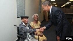 El presidente Obama saluda a James Edwards, un veterano de guerra de 103 años, durante su visita a una compañía energética en Menomonee Falls, Wisconsin.