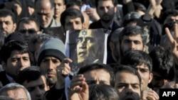 Участники похорон Мостава Ахмади Рошана демонстрируют изуродованный портрет Барака Обамы.