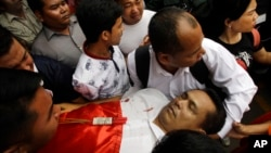 The body of Cambodian political analyst Kem Ley is carried away by his supporters to a Buddhist pagoda in Phnom Penh, Cambodia, July 10, 2016.