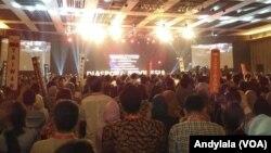 Ribuan peserta Kongres Diaspora Indonesia ke 4 di kota Kasablanka Jakarta Sabtu (1/7) memberikan standing applaus pembukaan acara. (Foto:VOA/Andylala)