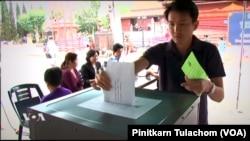 (File)ผู้มีสิทธิเลือกตั้งชาวไทยในนครลอส แองเจลิสลงคะแนนในการเลือกตั้งฯนอกราชอาณาจักรเมื่อปี พ.ศ.2554