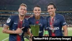 Neymar, à gauche, et ses coéquipiers posent avec le Trophée des Champions, Chine, le 8 août 2018.