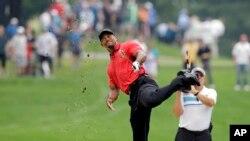 Tiger Woods saat bertanding di turnamen golf Bridgestone Invitational di Akron, Ohio, 3 Agustus 2014. (Foto:Dok)