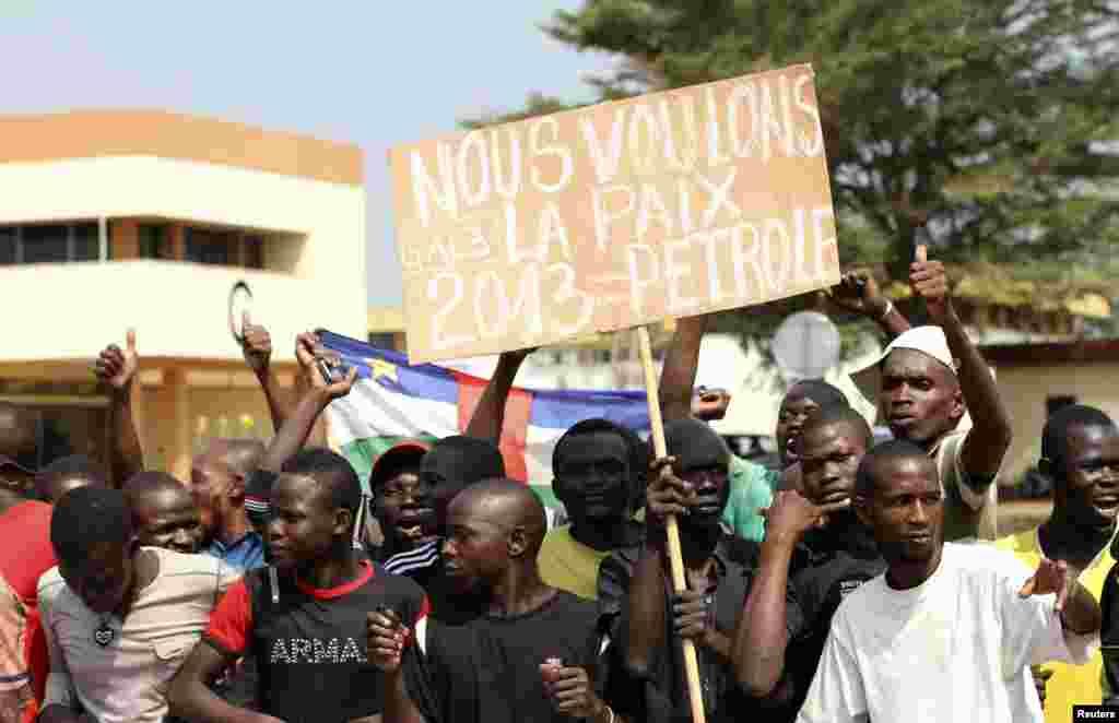 Des partisans du président Bozize manifestant à Bangui le 30 décembre 2012