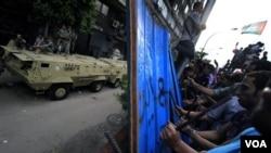 Tentara Mesir (kiri) berjaga-jaga di depan Kedutaan Israel saat warga memprotes terbunuhnya pasukan keamanan Mesir oleh Israel di Sinai (20/8).