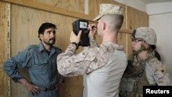 نظامیان امریکایی در حال ثبت مشخصات بایومتریک یک سرباز پولیس ملی در هلمند