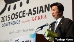 윤병세 한국 외교부 장관이 1일 서울에서 열린 2015 'OSCE-아시아 회의'에서 모두발언을 하고 있다. OSCE-아시아 회의는 OSCE와 한국·일본·태국 등 아시아 협력동반자국이 주요 안보 이슈와 협력 방안을 논의하는 장으로 각 협력동반자국이 매년 돌아가며 개최한다.